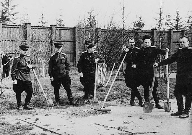 Офицеры НКВД сажают деревья
