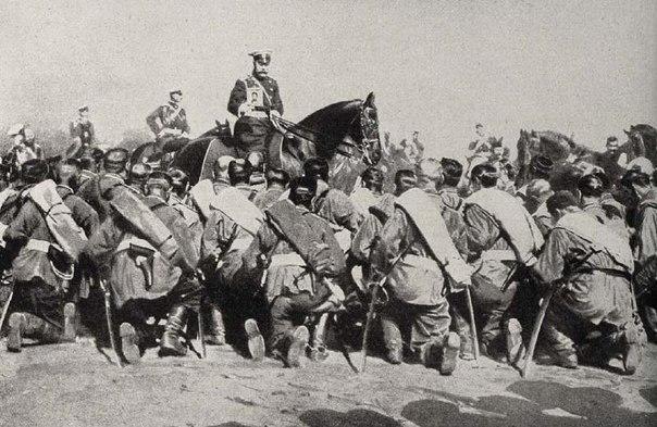 Николай II с иконой благословляет солдат