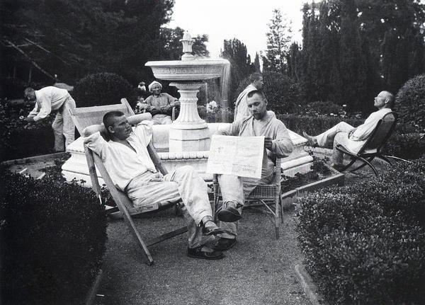 Крестьяне отдыхают у фонтана в царском дворце