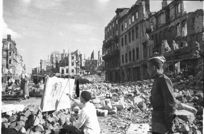 Советский солдат наблюдает за работой уличного художника