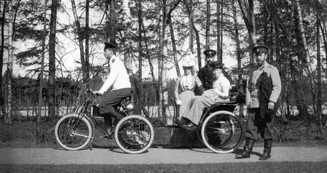 Николай II на прогулке с семьей