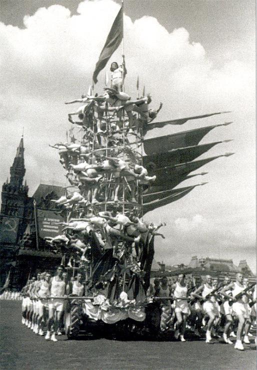 """Колонна спортсменов общества """"Динамо"""" на первом послевоенном физкультурном параде"""