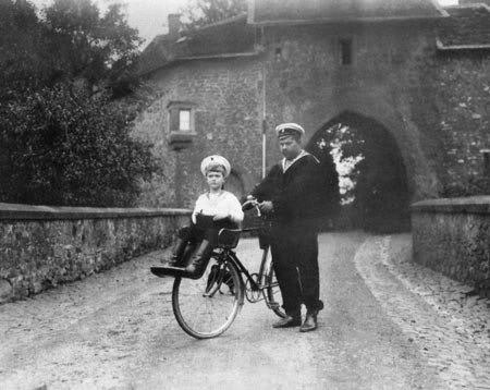 Цесаревич Алексей на велосипеде со специальным сиденьем