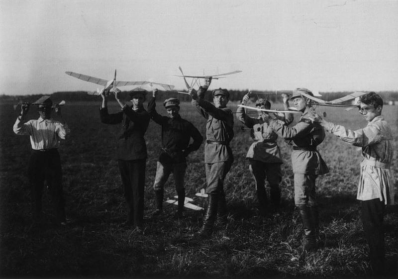 Члены ассоциации Авиахим с моделями аэропланов
