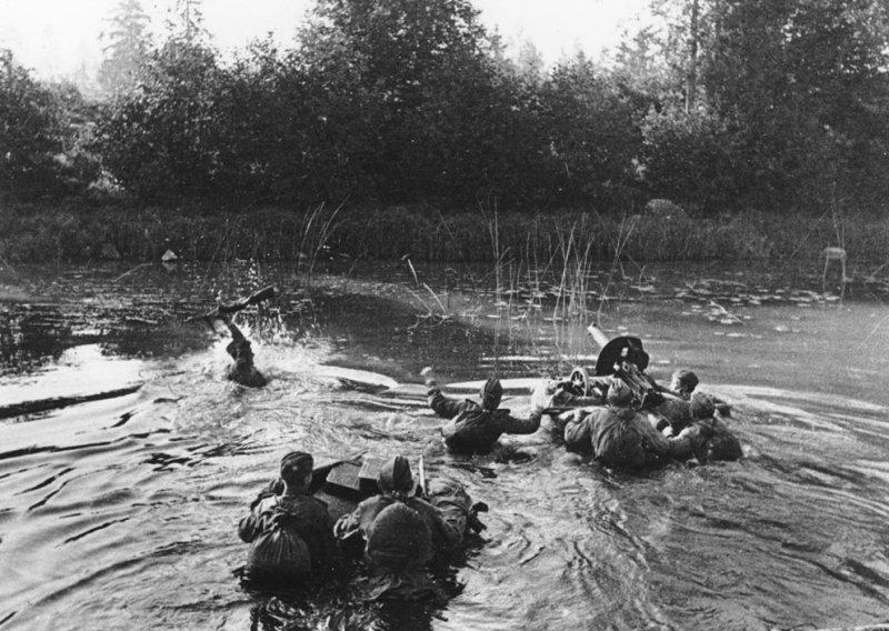 Расчет советского пулемета переправляется через реку