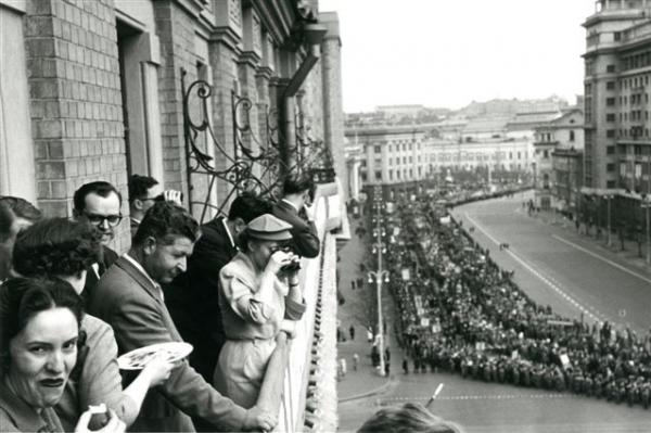 """Интуристы наблюдают за демонстрацией с балкона гостиницы """"Националь"""""""