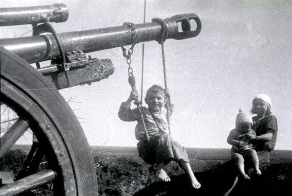 Качели на стволе брошенного орудия