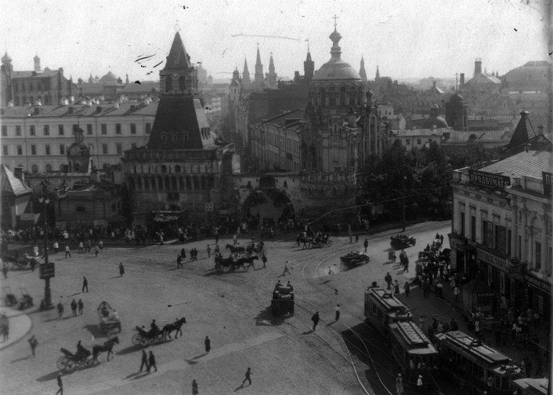 Владимирские ворота на Лубянской площади Москвы