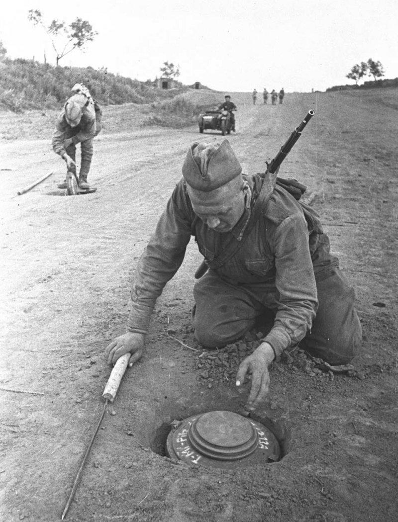 Cапёры обезвреживают немецкие противотанковые мины