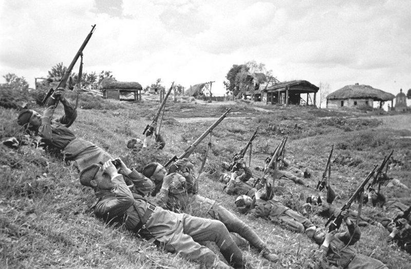 Снайперы ведут огонь по самолетам противника