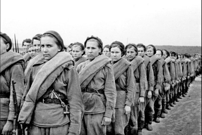 Девушки-снайперы на марше