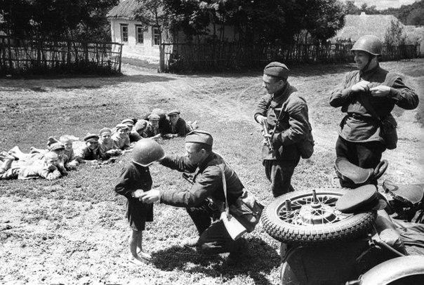 Солдаты армии Юго-Западного фронта с советскими детьми