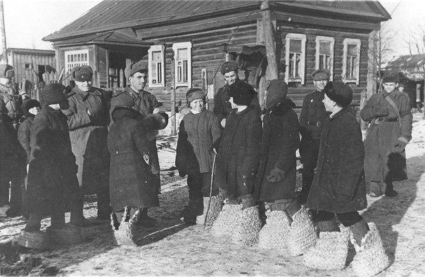 Дети освобожденного Гжатска (ныне — город Гагарин) показывают немецкие валенки