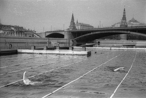 Бассейн в Москве-реке