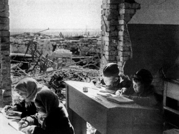 Дети за партами разрушенной школы в Сталинграде