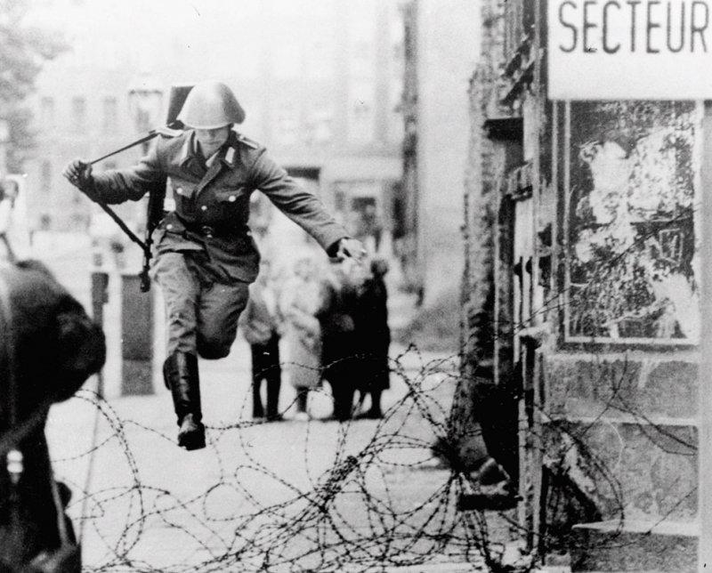 Дезертирующий солдат ГДР перебегает в Западный Берлин