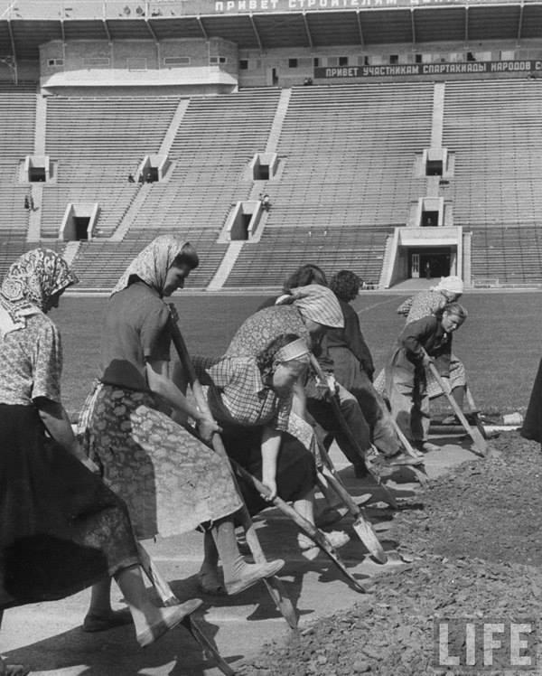 Девушки подготавливают беговую дорожку