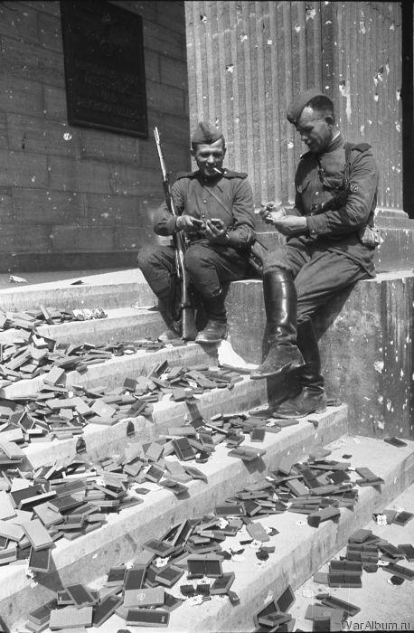 Советские солдаты рассматривают немецкие награды, которые так и не были вручены
