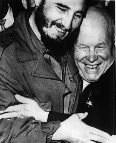 Никита Хрущев и Фидель Кастро обнимаются в ООН