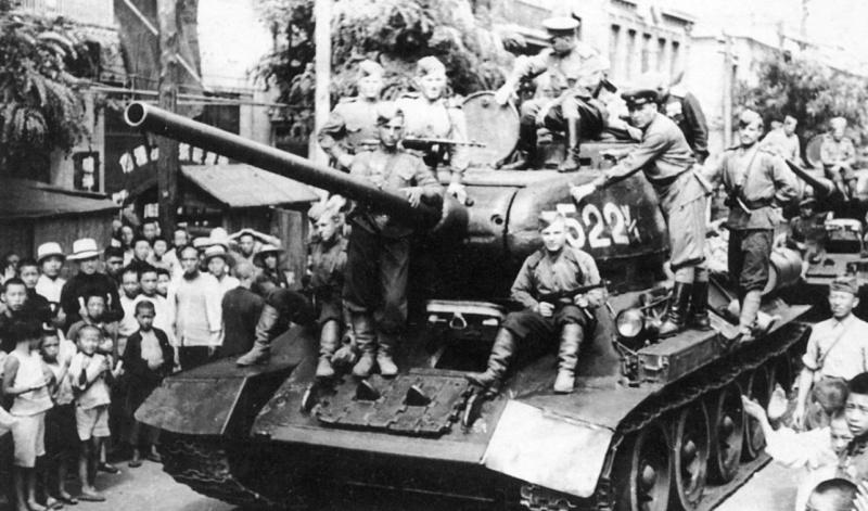 Колонна советских танков в китайском городе Далянь