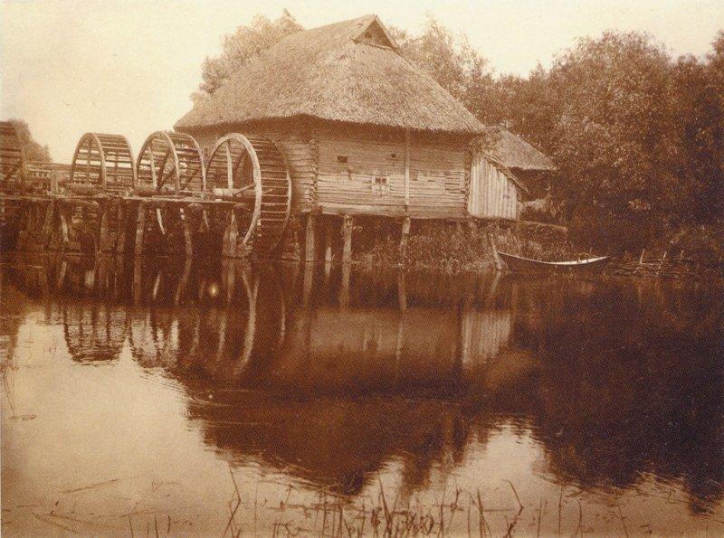 Водяная мельница с тремя колесами