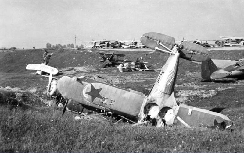 Разбитые советские истребители на аэродроме Минска