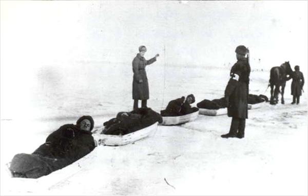 Доставка раненых в санях-волокушах по льду Волги