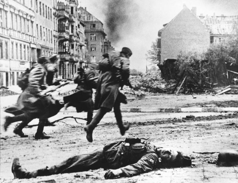 Советские солдаты в Берлине