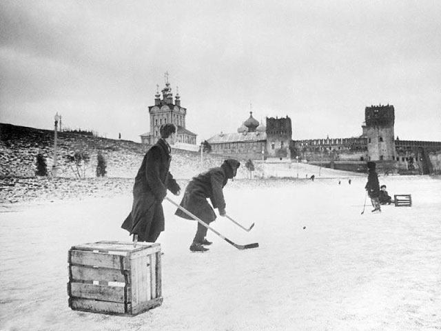 Хоккей на Новодевичьем пруду
