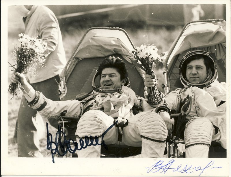 Космонавты после приземления