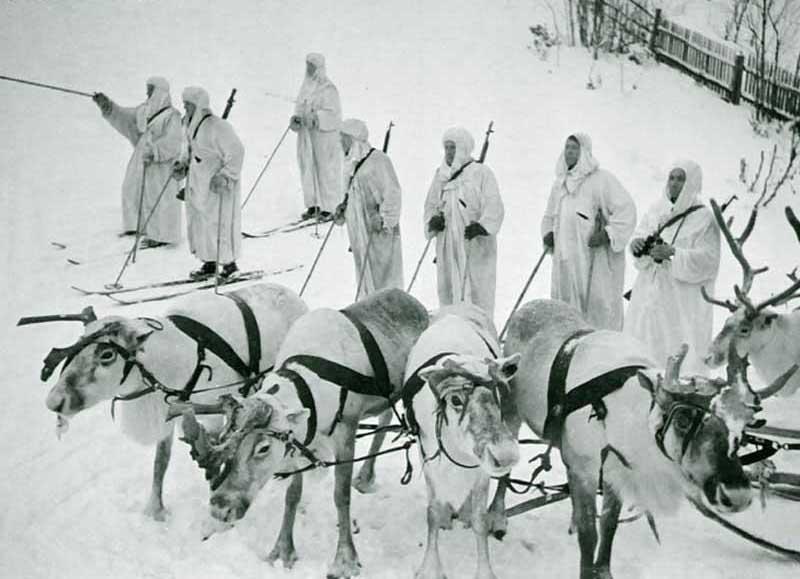 Советские разведчики перед выполнением боевого задания