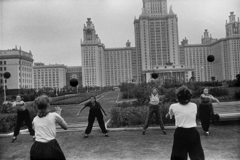 Игра в мяч на территории МГУ