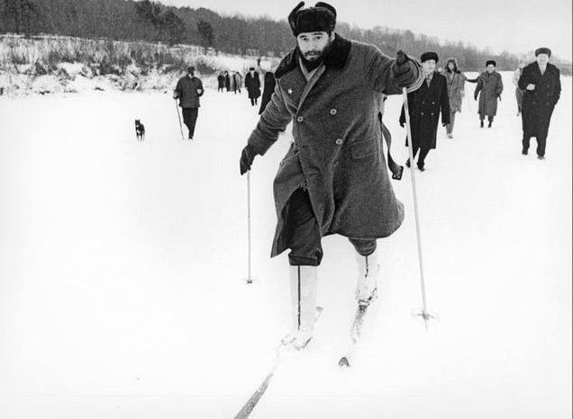 Фидель Кастро с Никитой Хрущевым первый раз катается на лыжах