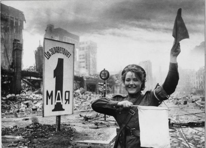 Девушка-регулировщик в завоеванном Берлине