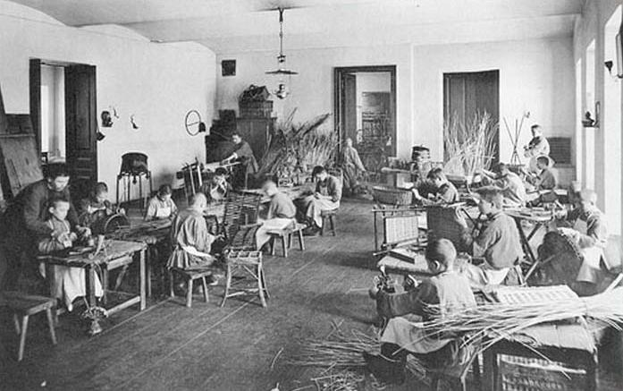 Дети в корзиночно-мебельной мастерской работного дома