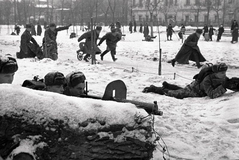 Солдаты проводят занятия в центре Москвы