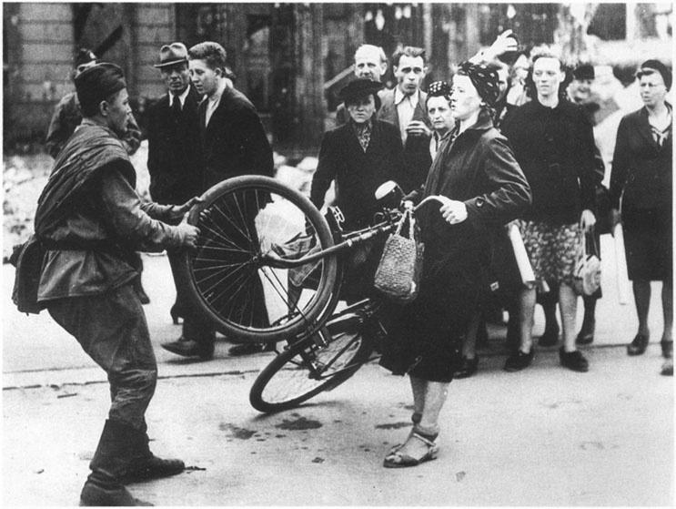 Советский солдат в Берлине