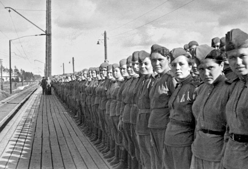 Девушки-снайперы перед отправкой на фронт