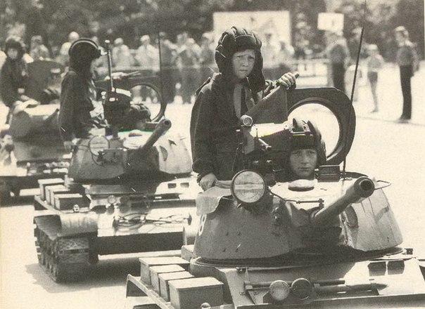 Парад пионерской танковой бригады