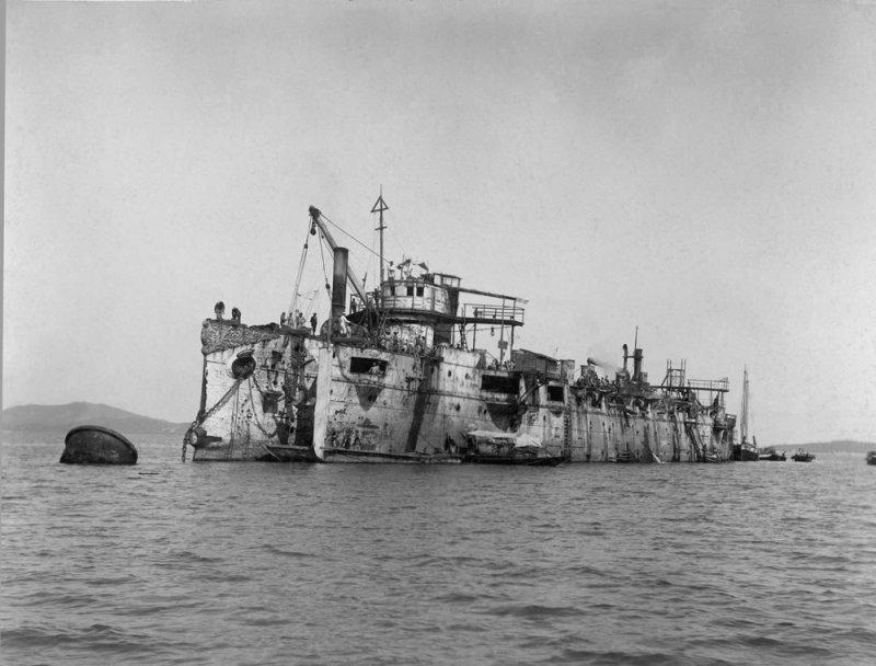 """Японцы подымают бывший русский крейсер """"Варяг"""""""