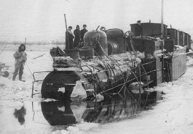 Ушедший под воду паровоз на временной ледовой переправе через Амур
