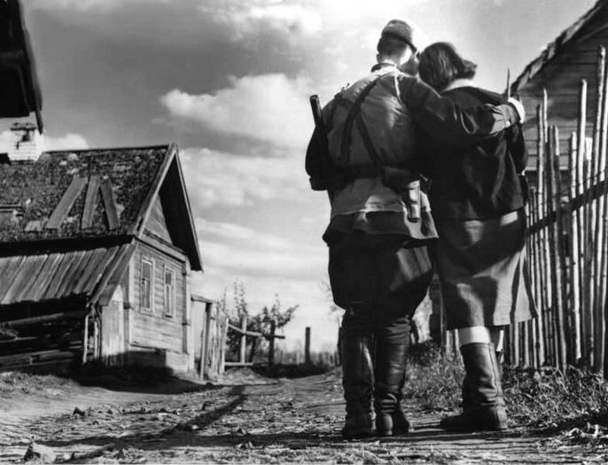 Двое в освобожденной партизанами деревне
