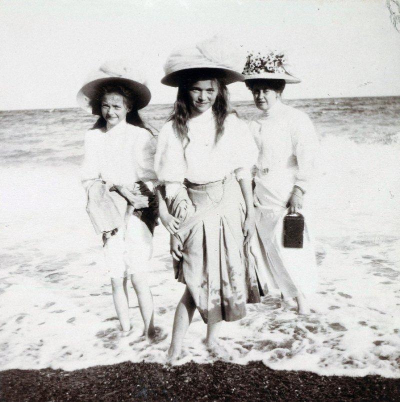 Великие княжны Татьяна и Ольга Романовы на пляже