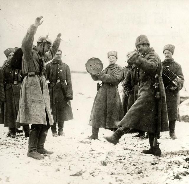 Русские солдаты учат танцевать пленного немца