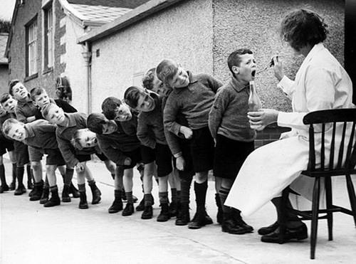 Дети принимают рыбий жир (?)
