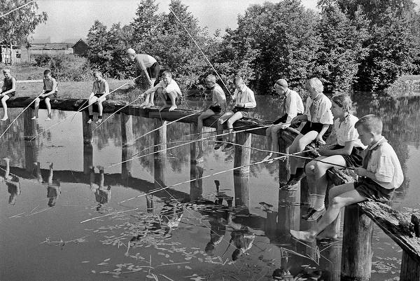 Рыболовы в пионерском лагере