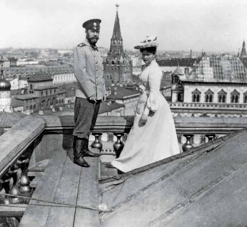 Император Николай II и Императрица Александра Федоровна на крыше Большого Кремлевского дворца