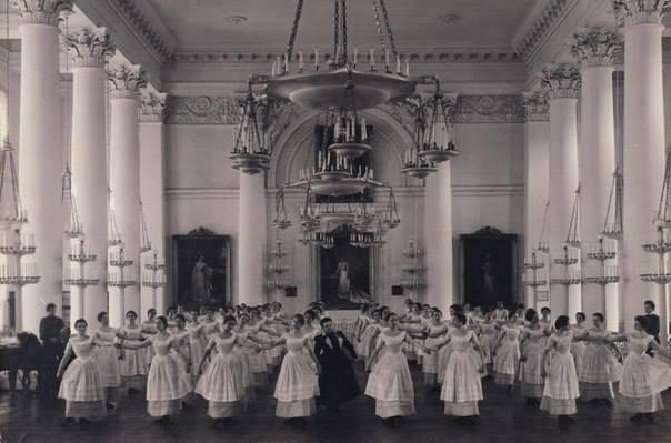 Воспитанницы Смольного института благородных девиц на уроке танцев