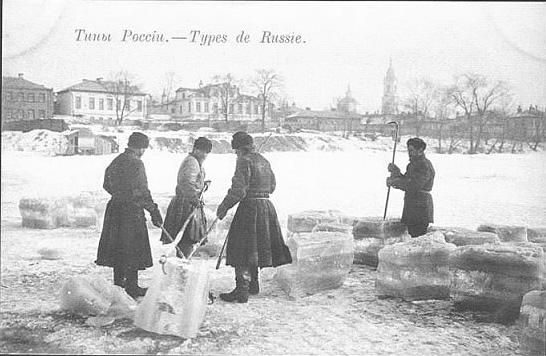 Колка льда на реке Пресне