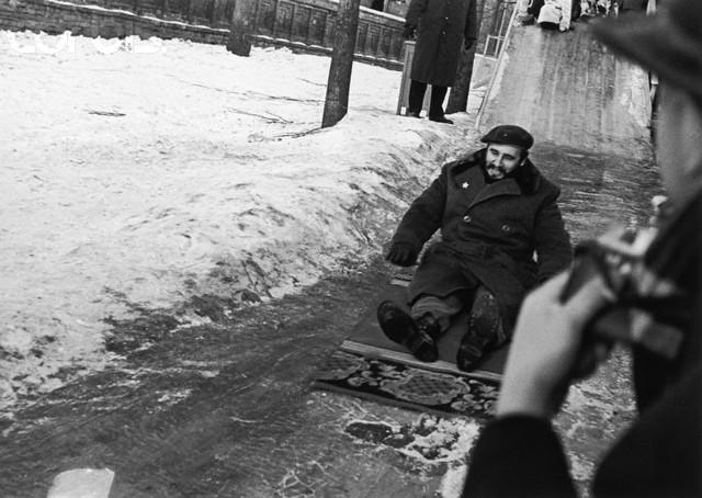 Фидель Кастро катается на ледяной горке